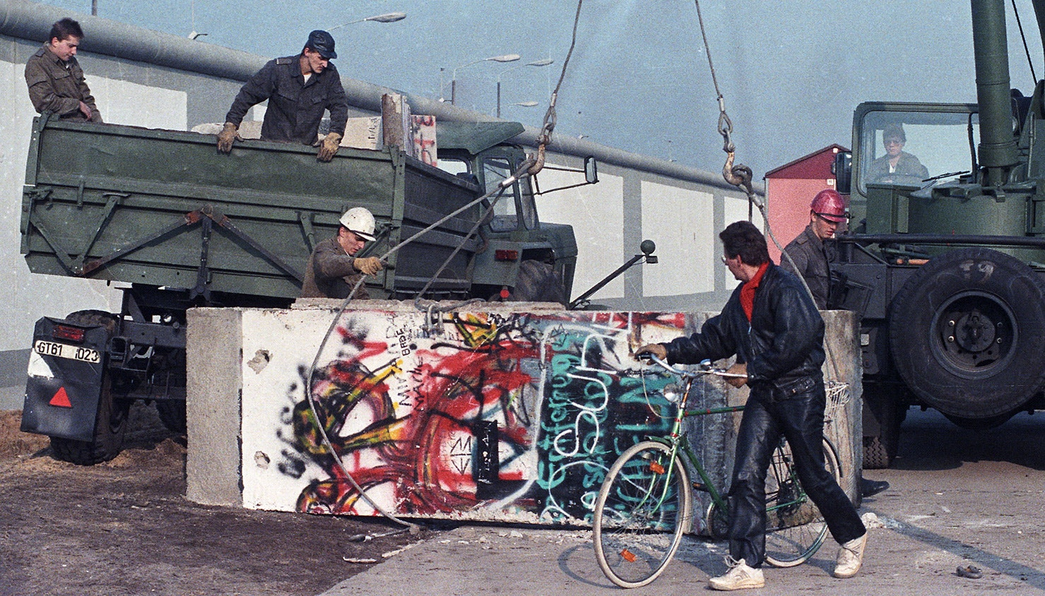 Trabalhadores da Alemanha Oriental removem partes do muro na fronteira recentemente aberta na Potsdamer Platz. 14 de novembro de 1989 | Wolfgang Rattay - Reuters