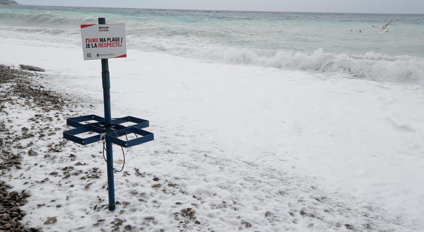 Tempestades em outubro podem ter obrigado os traficantes a atirarem borda fora parte da carga de droga encontrada nas praias francesas