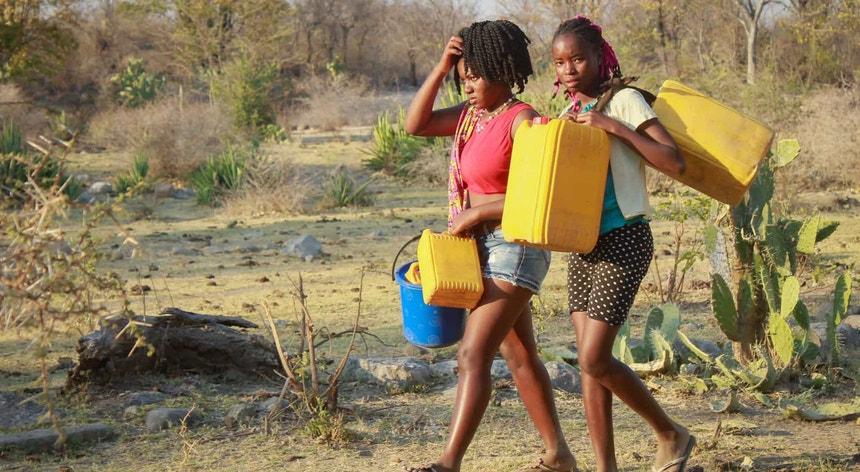 Bens essenciais como a água são escassos