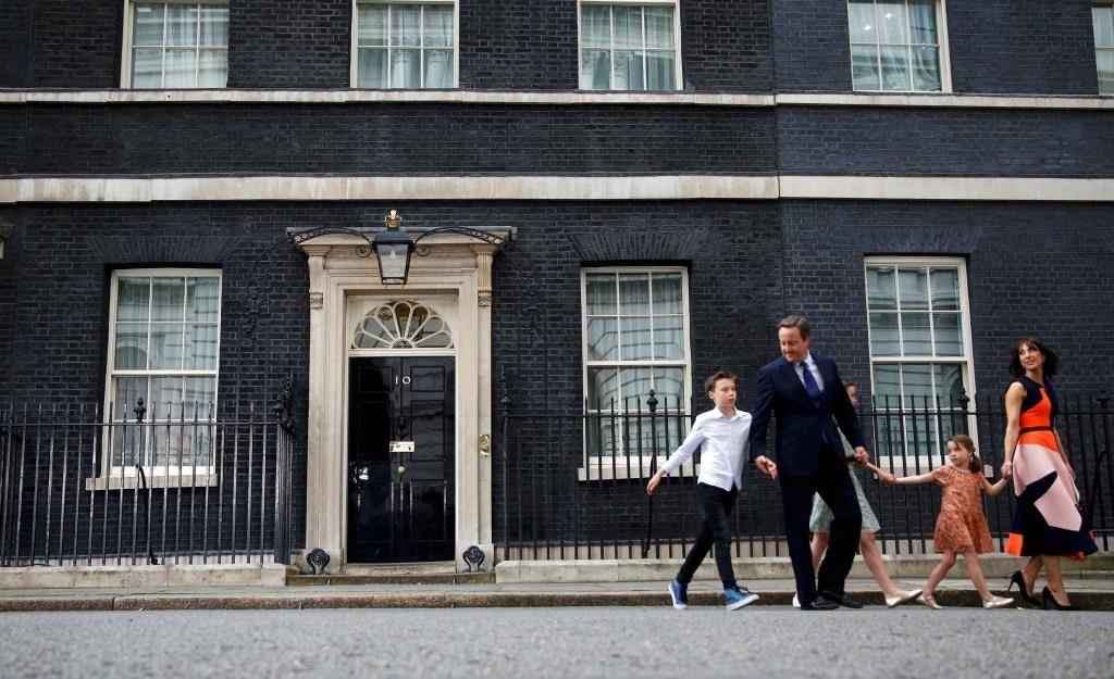 O primeiro-ministro britânico cessante, David Cameron, acompanhado de sua esposa Samantha e dos filhos, deixa o número 10 de Downing Street, no último dia no cargo de primeiro-ministro. 13 julho 2016. REUTERS/Stefan Wermuth