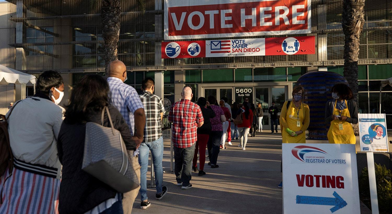 Antes da abertura das urnas de voto em San Diego, Califórnia |   REUTERS/Mike Blake
