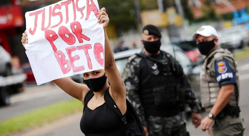 A morte de um homem negro às mãos de dois seguranças de supermercado levou às ruas do Brasil milhares de pessoas em protesto contra a injustiça racial.