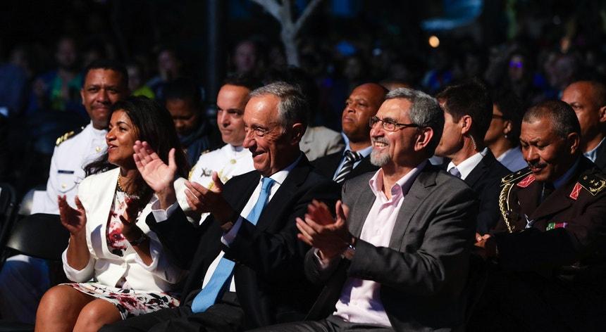 Marcelo Rebelo de Sousa acompanhado pelo homólogo cabo-verdiano, Jorge Carlos Fonseca, e pela sua mulher, Ligia Fonseca, durante um concerto em Santa Maria, no Sal