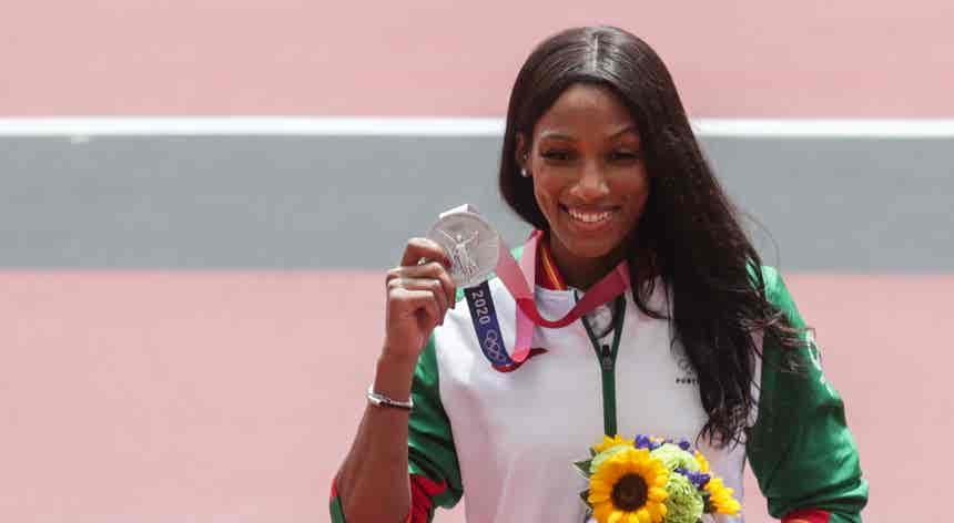 Tóquio2020. Patrícia Mamona subiu ao pódio e recebeu a medalha de prata