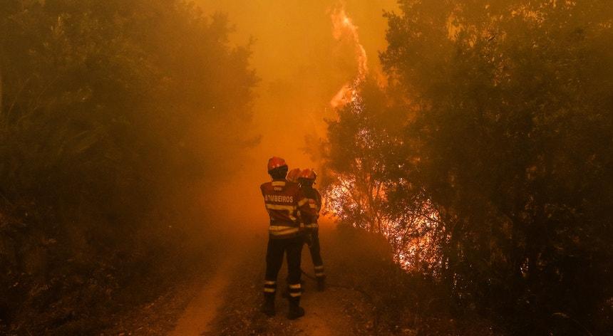 O fogo continua a não dar tréguas em Portugal Continental