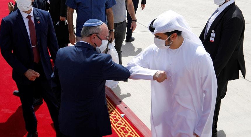 O cumprimento em tempos de pandemia entre diplomatas, no regresso a Jerusalém do primeiro voo comercial direto israelita, com Abu Dabi, capital dos Emirados Árabes Unidos.