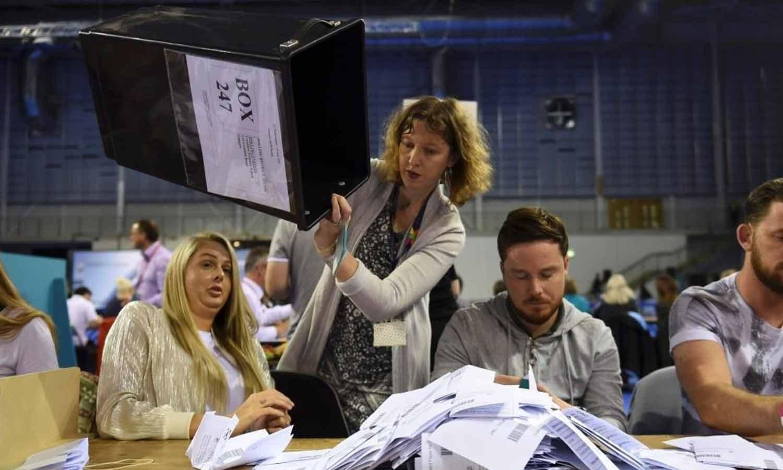 Delegados de mesa eleitoral começam a contar votos após o encerramento das seções eleitorais no referendo sobre a União Europeia em Glasgow, Escócia. 23  junho 2016. REUTERS/Clodagh Kilcoyne