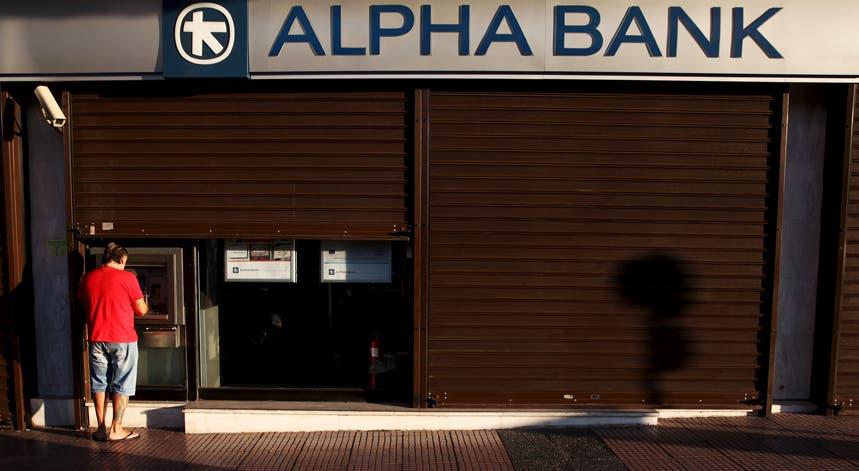Os gregos veem agora os levantamentos limitados a 420 euros por semana