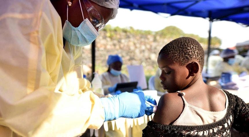 Um funcionário dos serviços sanitários da RD Congo administra a vacina contra o Ébola a uma criança no Centro de Saúde de Himbi, em Goma