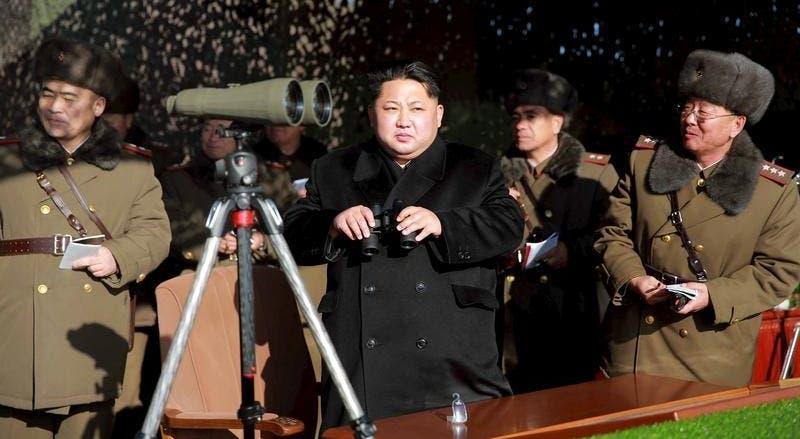Kim Jong-un durante uma competição de tiro de artilharia