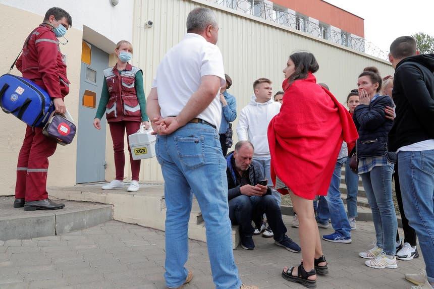 Familiares de pessoas detidas pela polícia bielorrussa tentam saber notícias, junto de uma prisão perto de Minsk Foto: Reuters