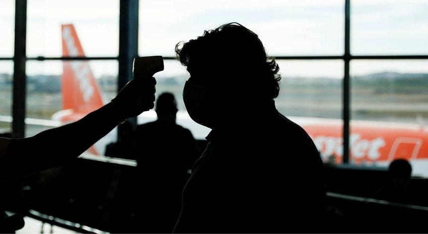 Imagem de arquivo de um passageiro no aeroporto de Lisboa