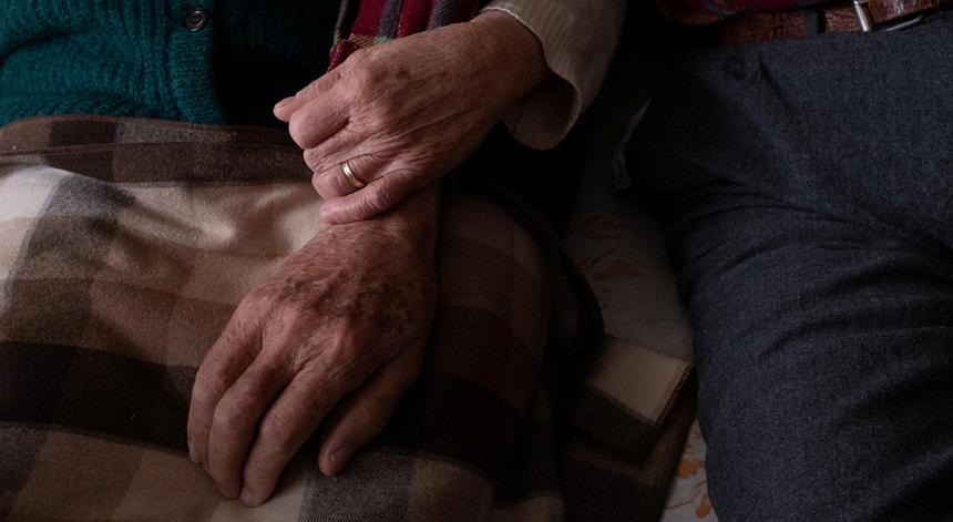 Um casal idoso italiano junta forças durante um surto de Covid-19 no lar onde residem, em outubro de 2020