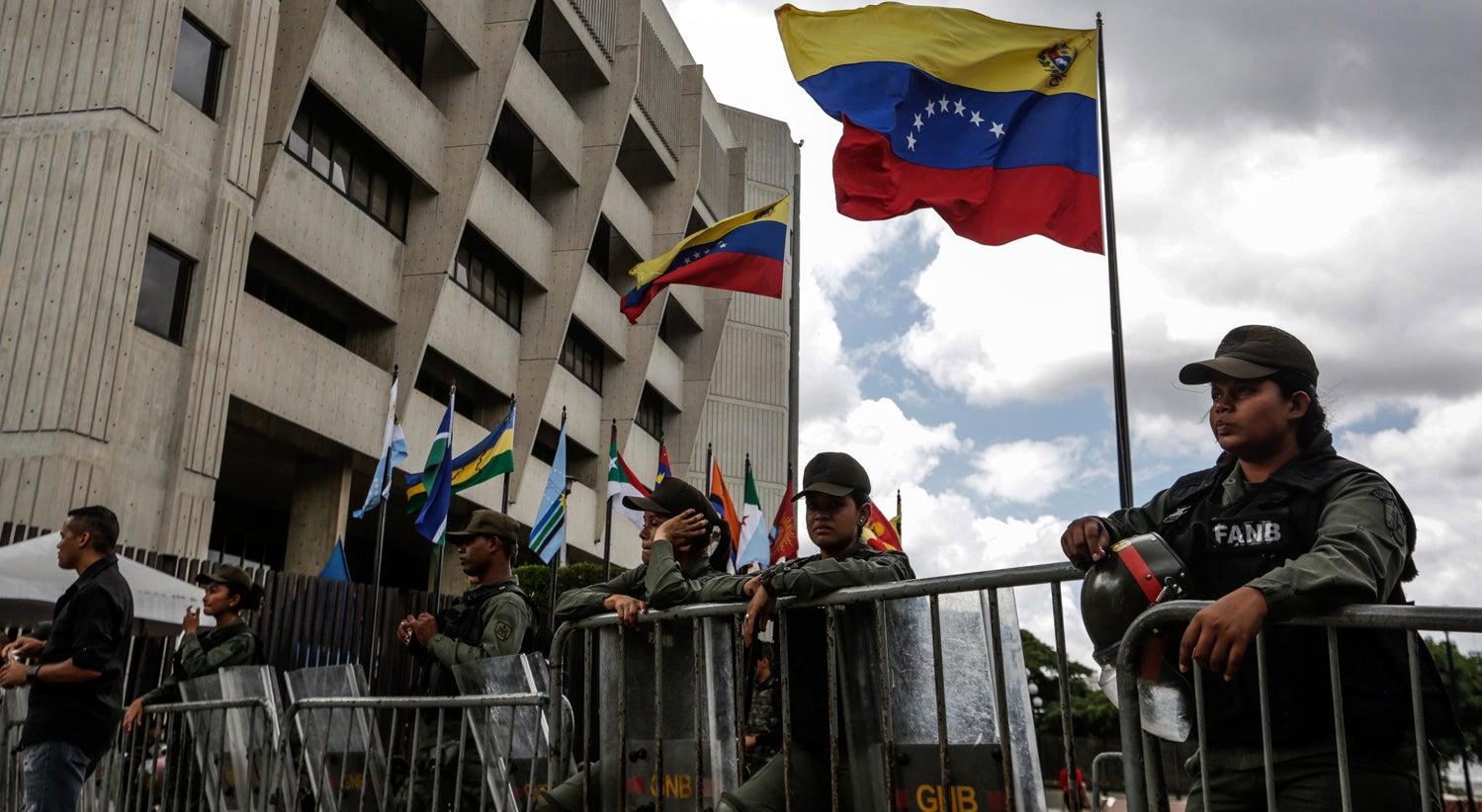 Resultado de imagem para Parlamento venezuelano invadido por apoiantes de Maduro