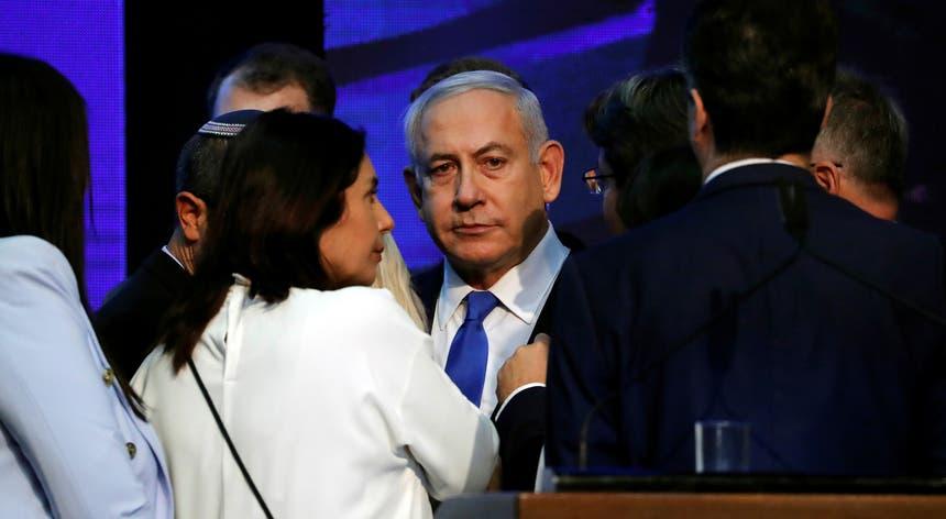 Quando estavam contados mais de 92 por cento dos boletins de voto, as duas formações políticas rivais recolhiam, cada uma, 32 dos 120 assentos no Parlamento do Estado hebraico