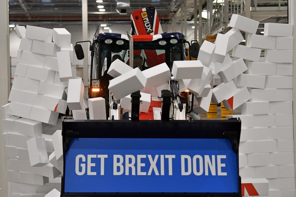 A campanha eleitoral britânica proporcionou momentos engraçados, estranhos e surreais. Aqui Boris Johnson derruba um muro feito de esferovite que representa a muralha existente entre a EU e o Reino Unido. Janeiro 2020. Ben Stansall/AFP/Pool via REUTERS