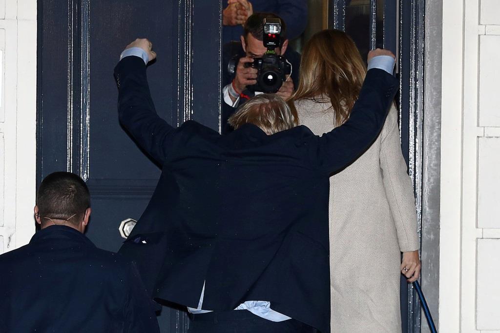 Boris Johnson acompanhado com a namorada Carrie Symonds chegam à sede do Partido Conservador,  mostrando-se o primeiro-ministro feliz perante a vitória nas eleições gerais no Reino Unido, reforçando o seu mandato.  13 dezembro 2019. REUTERS/Hannah McKay