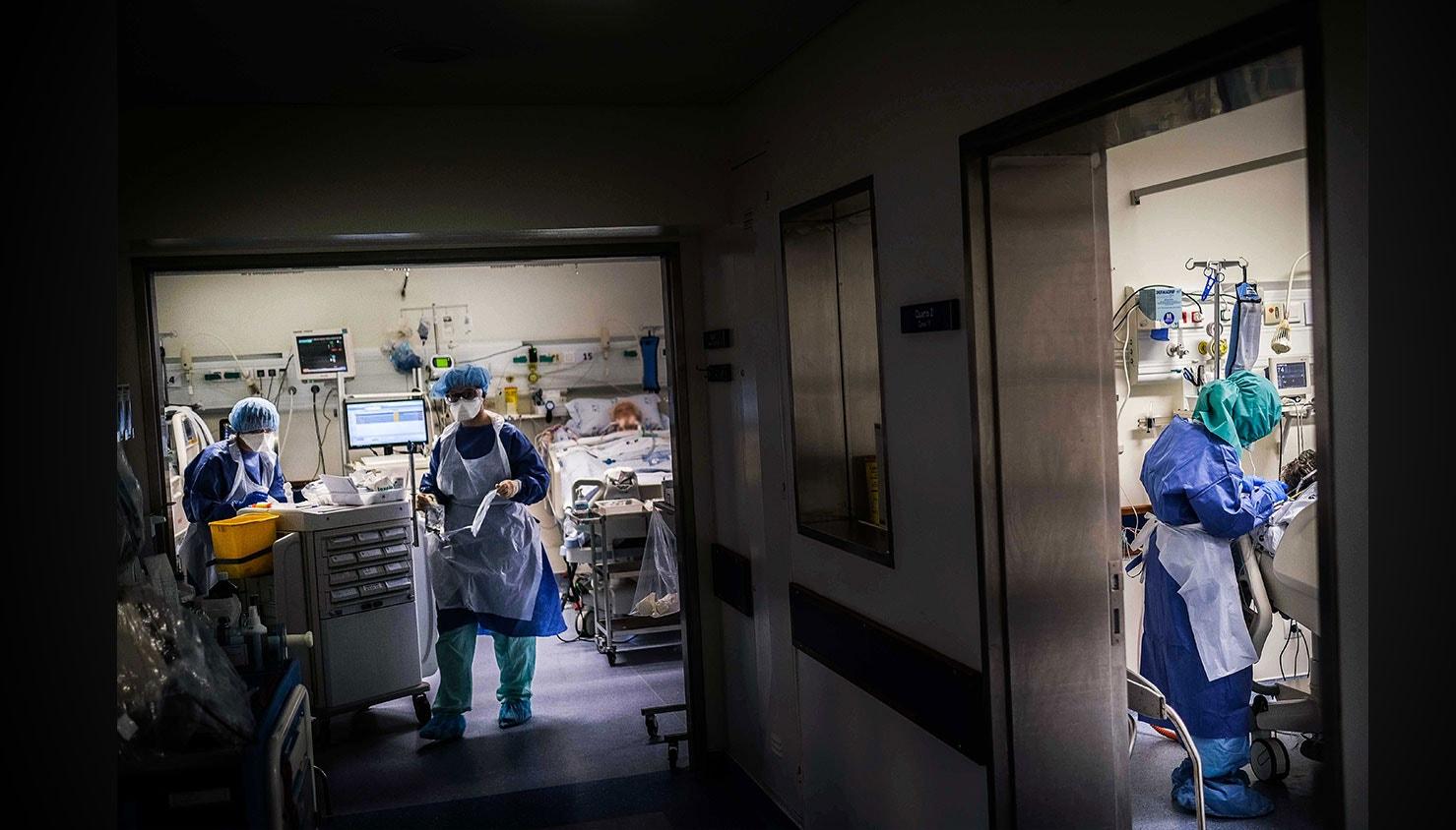 Enfermeiros percorrem os vários quartos da Unidade de cuidados intensivos dos doentes com Covid-19. / Mário Cruz - Lusa