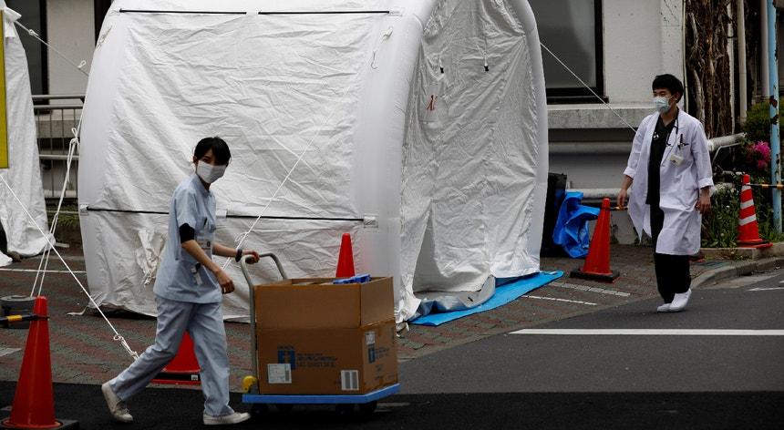 Os profissionais de saúde no Japão queixam-se da falta de capacidade para atender todos os pacientes e da ausência de equipamentos de proteção.