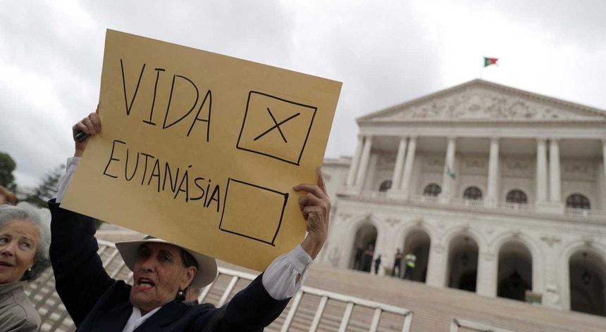 O Parlamento vota quinta-feira as propostas partidárias sobre a eutanásia