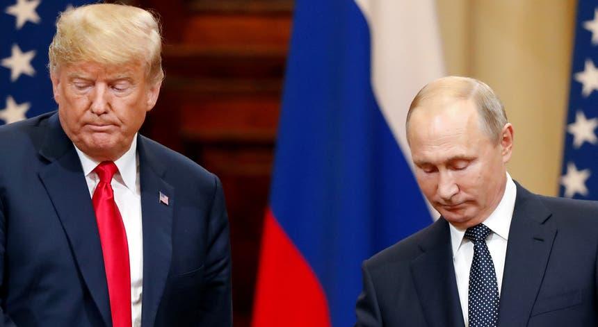 """""""Tenho muita confiança nos meus serviços de informação, mas digo-vos que o Presidente Putin foi muito poderoso e forte na negação de hoje"""", afirmou Donald Trump"""