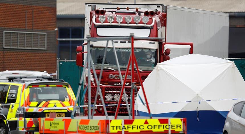 Resultado de imagem para Encontradas 39 pessoas mortas dentro de um contentor de camião no Reino Unido