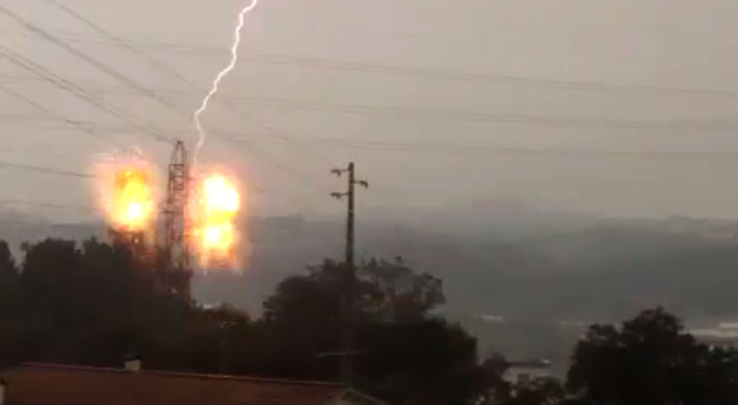 Vídeo - Relâmpago atinge torre de alta tensão na zona de Leiria