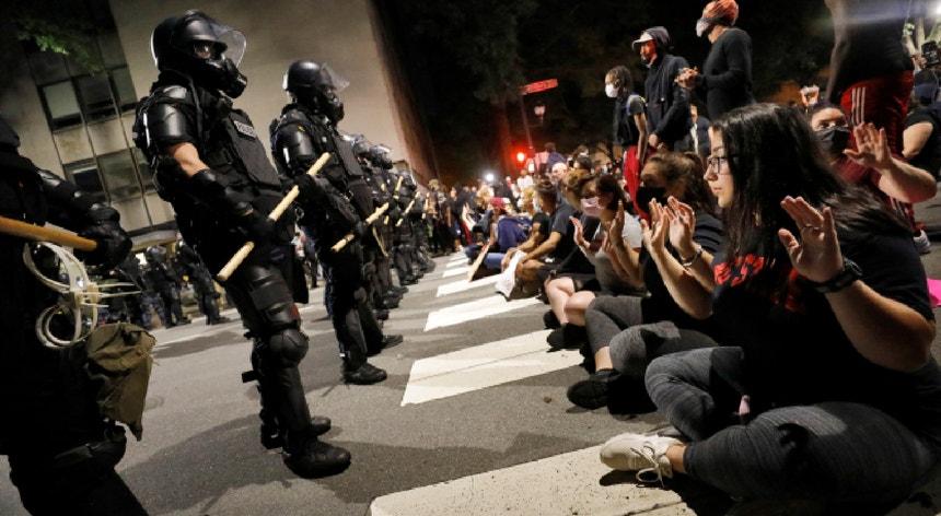 Os protestos nos Estados Unidos acontecem após um ano de intensas demonstrações pró-democracia em Hong Kong.