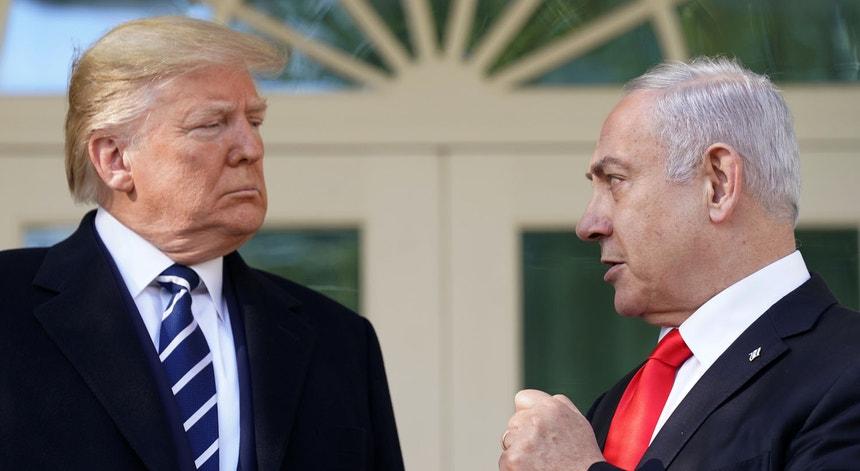 Trump (à esq.) recebe Netanyahu na Casa Branca.
