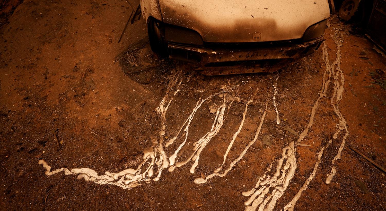 Alumínio derretido do motor de um carro em Berry Creek, California. |Fred Greaves/Reuters