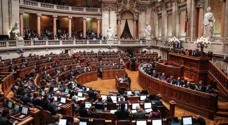 Covid-19. Parlamento vota prolongamento de emergência e Governo define medidas