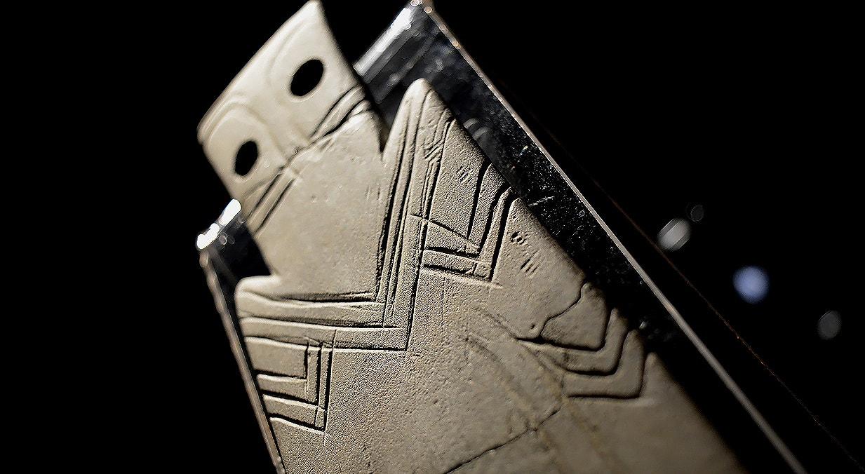 Ídolo placa, xisto, 3000-2500 a.C., Idanha-a-Nova, Castelo Branco   Carla Quirino - RTP