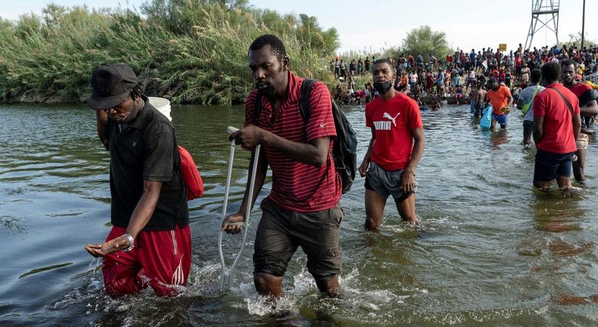 Mais de 10 mil migrantes haitianos juntaram-se entre 16 e 17 de setembro de 2021 sob a ponte de Del Rio, sobre o Rio Grande, na fronteira entre o México e o Estado norte-americano do Texas