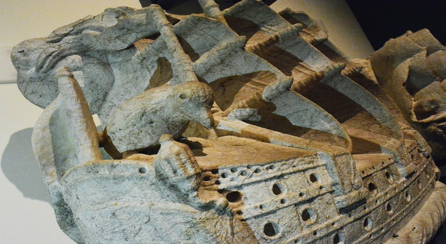 Pedra de Armas da cidade de Lisboa. Séc. XVI. Destaca-se o corvo pousado na nau, símbolo de Lisboa