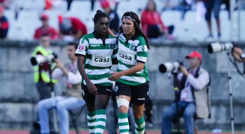 Diana Silva (esq.) festeja a marcação de um golo