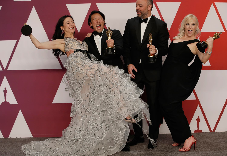 Elizabeth Chai Vasarhelyi, Jimmy Chin, Evan Hayes e Shannon Dill comemoram o prémio /Mike Segar - Reuters