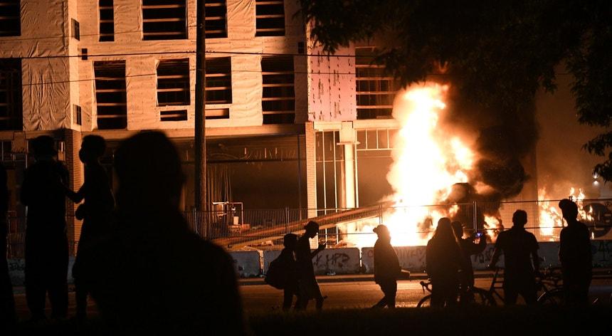 Uma esquadra de polícia foi incendiada em Minneapolis e a cidade do estado de Minnesota viveu horas de violência e caos