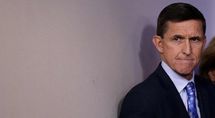 Michael Flynn, ex-conselheiro para a Segurança Nacional dos EUA, à chegada para a conferência de imprensa esta terça-feira, na qual apresentou a sua demissão.