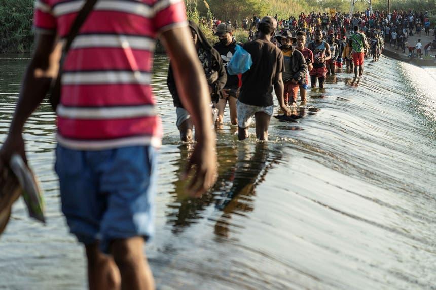 Mais de 10 mil migrantes haitianos juntaram-se entre 16 e 17 de setembro de 2021 sob a ponte de Del Rio, sobre o Rio Grande, na fronteira entre o México e o Estado norte-americano do Texas Foto - Reuters