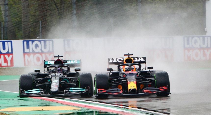 Lewis Hamilton da Mercedes-AMG Petronas (E) e Max Verstappen da Red Bull Racing (D) em ação |