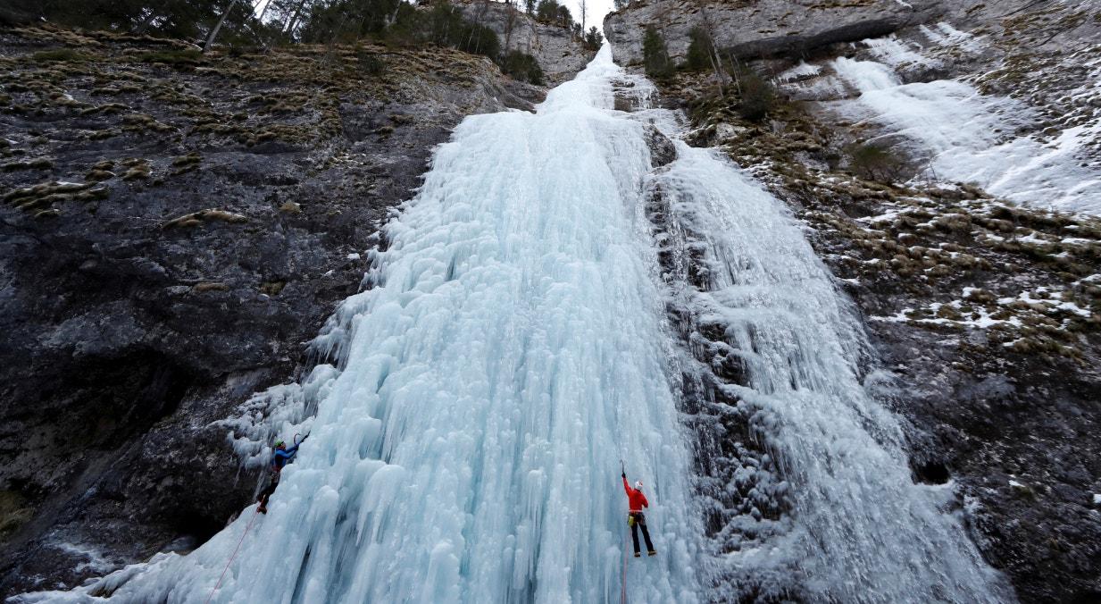 Itália, cascata congelada em Malga Ciapela, em fevereiro | Yara Nardi  - Reuters