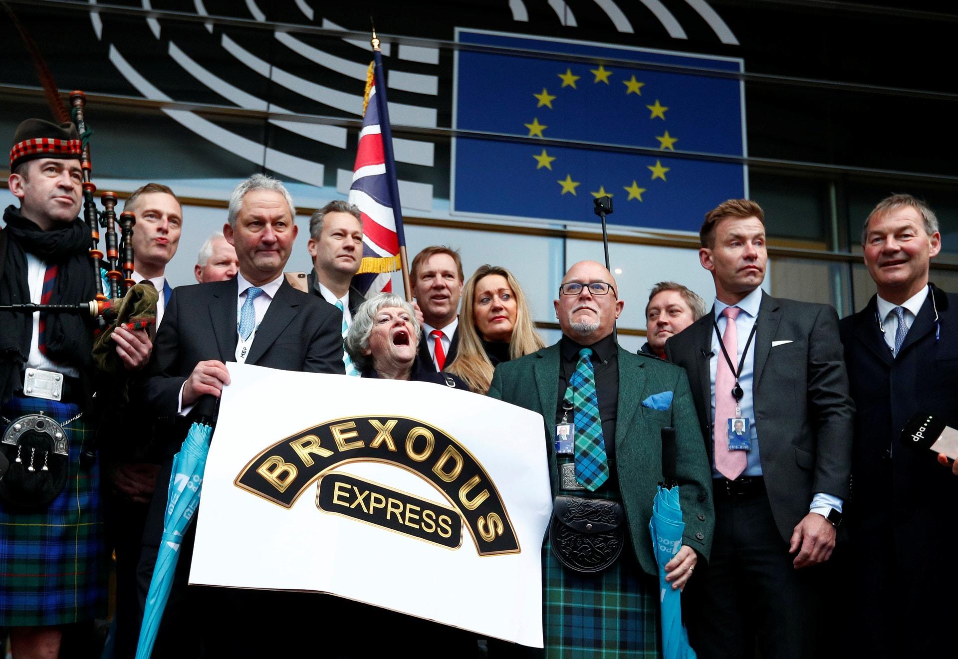 Membros britânicos pró-brexit do Parlamento Europeu deixam o este espaço da EU, em Bruxelas,  pela última vez. 31 janeiro 2020. REUTERS/Francois Lenoir