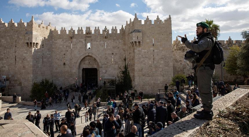 Um efetivo da polícia israelita observa uma ação de protesto contra Donald Trump em Jerusalém