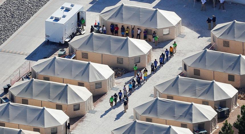 Cerca de 2.000 crianças imigrantes foram separadas dos pais nos Estados Unidos, nas últimas seis semanas, segundo informações do governo norte-americano.