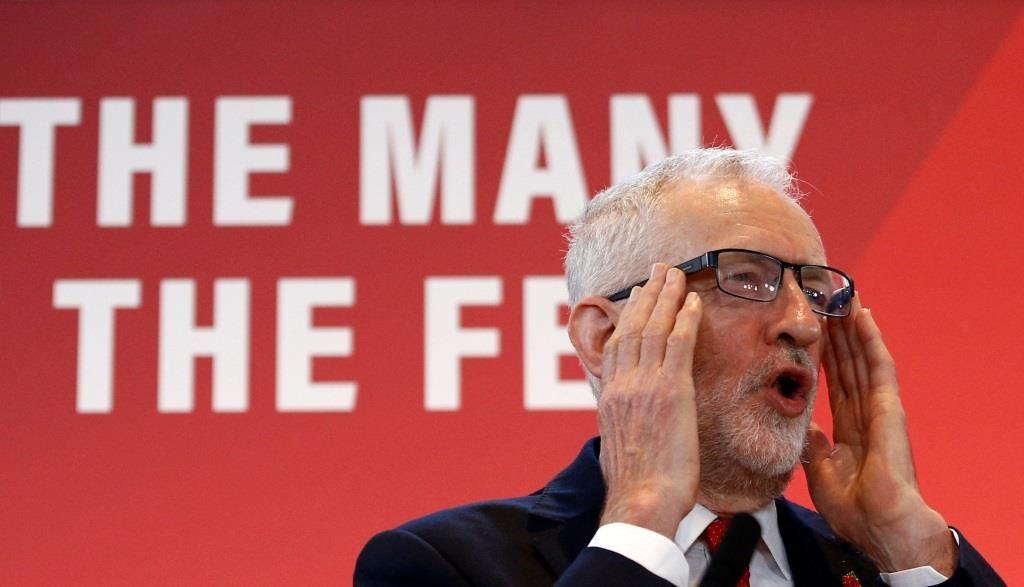 O líder do Partido Trabalhista da oposição britânica, Jeremy Corbyn, fala sobre Brexit durante uma reunião da campanha eleitoral geral em Harlow, Grã-Bretanha, a 5 de Novembro de 2019. REUTERS/Hannah McKay