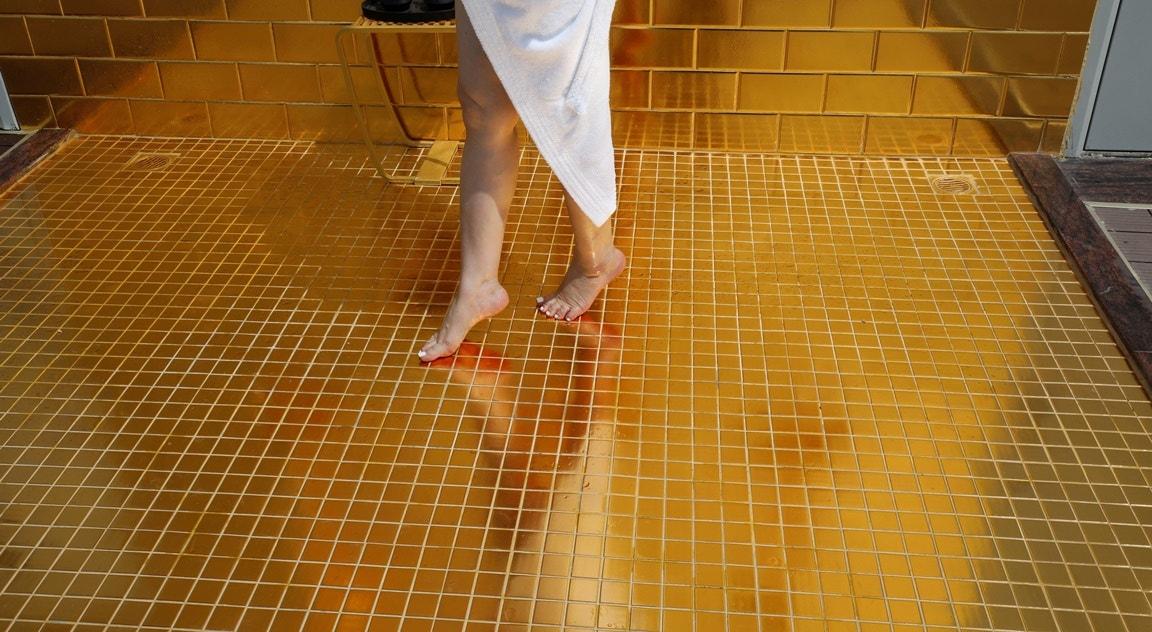 Chuveiro folheado a ouro   Nguyen Huy Klam - Reuters