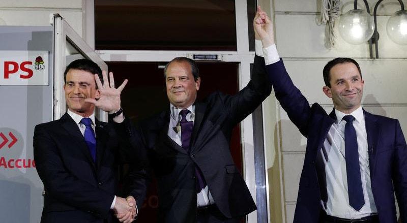 Manuel Valls e Benoît Hamon, acompanhados por Jean-Christophe Cambadelis, o secretário-geral do PS francês (ao centro) durante as eleições primárias do partido, em janeiro.