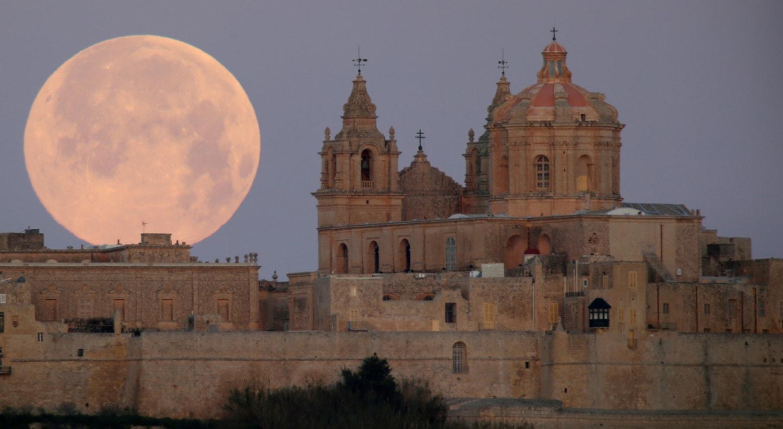 Malta, a lua cheia em Mdina, fevereiro | Darrin Zammit Lupi - Reuters