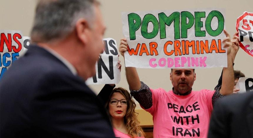 O secretário de Estado Mike Pompeo, confrontado em fevereiro deste ano com um protesto contra as sanções ao Irão