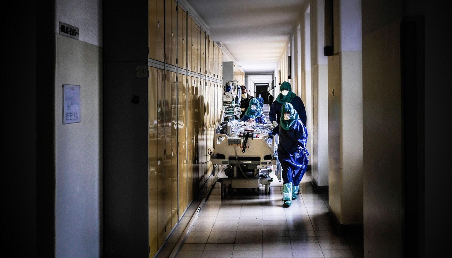 Enfermeiros encaminham um doente para a Unidade de cuidados intensivos dos doentes com Covid-19 depois de ter realizado uma tomografia axial computorizada (TAC). / Mário Cruz - Lusa